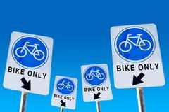 Cykelsymbol på tecken isolerade blått arkivbild