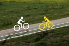 Cykelsymbol som cyklar i parkera royaltyfria foton