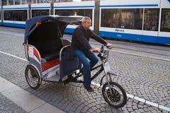 Cykeltaxi i Amsterdam arkivfoton