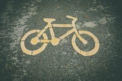 Cykeltecken eller symbol på asfalt i parkera arkivbild