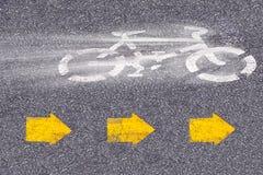 Cykeltecken på vägen royaltyfri foto