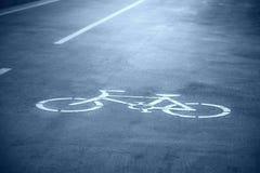 Cykeltecknet på vägen parkerar offentligt Royaltyfri Bild