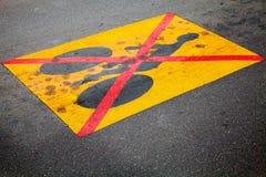Cykeltrafik förbjudas, vägmärket på asfalt Royaltyfria Bilder