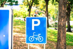 Cykeltrafik undertecknar parkerar in, Thailand Arkivfoto