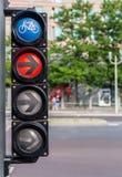 Cykeltrafikljus med rött ljus och pilen Arkivbild