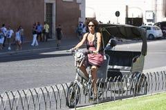 Cykeltriumfvagn med kvinnan Arkivfoto