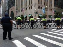 CykeltruppNYPD, Anti--trumf samlar, NYC, NY, USA Arkivbilder