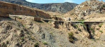 Cykelturist på bergvägen Arkivfoton