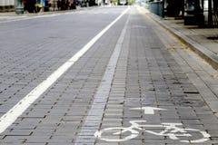 Cykelvägen med undertecknar in staden Arkivbilder