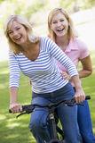 cykelvänner en le två utomhus Royaltyfri Fotografi
