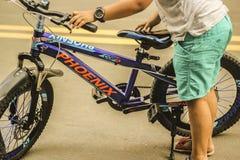 Cykl chłopiec w drodze zdjęcie royalty free