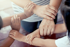 Cykl rodzinne mienie ręki wpólnie zdjęcie stock