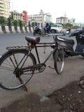 Cykl stoi obok drogi zdjęcia stock