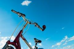 Cykla övredelen med styret och inrama mot den blåa himlen Fotografering för Bildbyråer