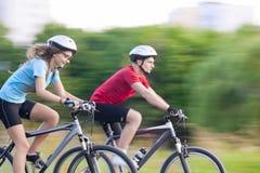 Cykla begrepp: Unga Caucasian par på fartfylld tur Royaltyfri Bild