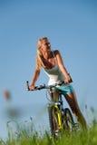 cykla bergkvinna arkivbild