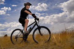 cykla bergkvinnabarn royaltyfria bilder