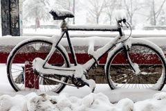 Cykla borttappat i snön - Bucharest, Rumänien Royaltyfri Foto