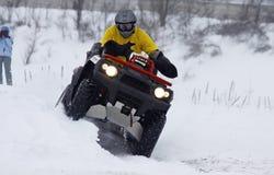 cykla chauffören över spår för snow för kvadratritter s arkivfoton