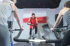 Cykla coachning i konditionmitt royaltyfria foton