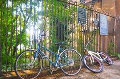 Cykla cykeln i den Brooklyn vägen royaltyfria foton