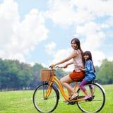 Cykla cykeln på parkera Royaltyfri Foto