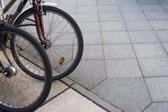 Cykla/cykeln som parkeras i en stad - kollektivtrafik royaltyfri fotografi