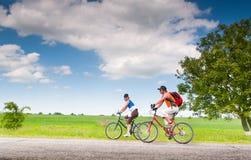 cykla cyklister kopplar av utomhus Royaltyfria Foton