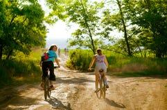 cykla cyklister kopplar av utomhus Arkivfoto