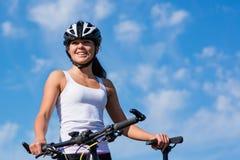 cykla den lyckliga sunda livsstilen utanför ridningkvinnabarn Fotografering för Bildbyråer