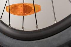 Cykla den orange reflektorn på det bakre hjulet, den övre sikten för slutet, studiofoto Arkivbild