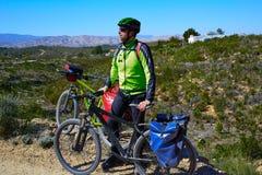 Cykla den turist- cyklisten i Pedralba Valencia med paniers Fotografering för Bildbyråer