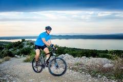 cykla det grunda cykla perspektiv för berg för händer för skogen för fokusen för cyklistdjupfältet Royaltyfri Fotografi