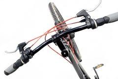 cykla det grunda cykla perspektiv för berg för händer för skogen för fokusen för cyklistdjupfältet Arkivbilder