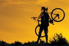 cykla det grunda cykla perspektiv för berg för händer för skogen för fokusen för cyklistdjupfältet Sport och sunt liv Arkivfoton