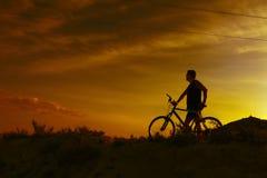 cykla det grunda cykla perspektiv för berg för händer för skogen för fokusen för cyklistdjupfältet Sport och sunt liv Arkivbilder