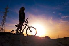 cykla det grunda cykla perspektiv för berg för händer för skogen för fokusen för cyklistdjupfältet Sport och sunt liv Royaltyfria Foton