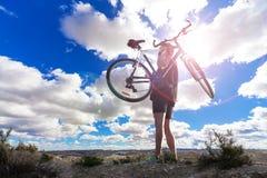 cykla det grunda cykla perspektiv för berg för händer för skogen för fokusen för cyklistdjupfältet Sport och sunt liv Royaltyfri Foto