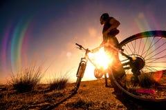 cykla det grunda cykla perspektiv för berg för händer för skogen för fokusen för cyklistdjupfältet Sport och sunt liv Arkivbild