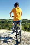 cykla det grunda cykla perspektiv för berg för händer för skogen för fokusen för cyklistdjupfältet Sport och sunt liv extrema spo Royaltyfria Bilder
