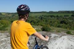 cykla det grunda cykla perspektiv för berg för händer för skogen för fokusen för cyklistdjupfältet Sport och sunt liv extrema spo Fotografering för Bildbyråer