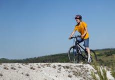 cykla det grunda cykla perspektiv för berg för händer för skogen för fokusen för cyklistdjupfältet Sport och sunt liv extrema spo Royaltyfri Fotografi