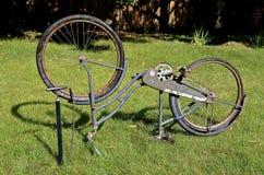 Cykla det plana gummihjulet i parkera med den gamla cykeln Royaltyfri Foto
