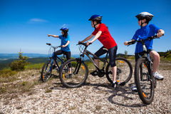 Cykla för familj royaltyfria bilder