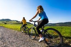 Cykla för flickor Royaltyfri Bild