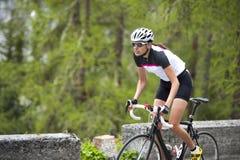 Cykla för kvinnaväg som är stigande Royaltyfri Foto