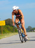 Cykla för professionellIronman triathlete Arkivbild