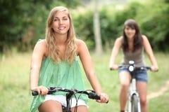 Cykla för två tonårs- flickor Royaltyfria Foton