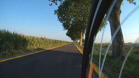 Cykla förutom staden på cykelvägen arkivfilmer