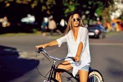 cykla flickan arkivbild